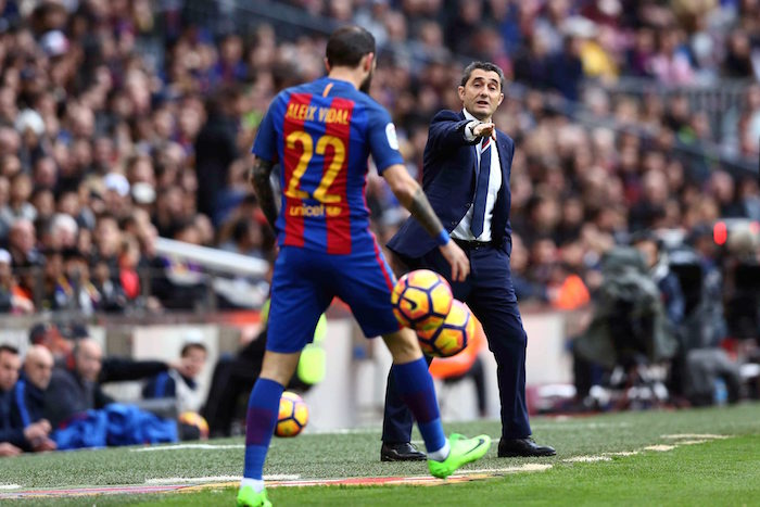 Ernesto Valverde gives instructions to his players